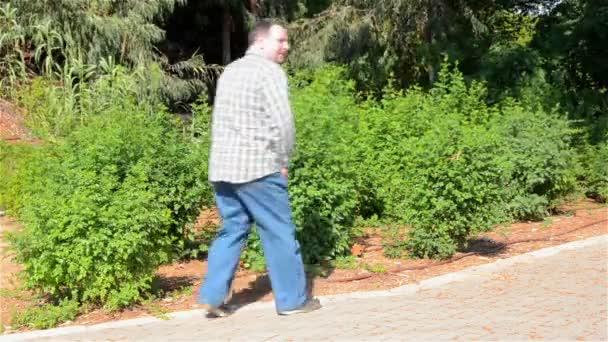 depositphotos_46104573-stock-video-man-peeing-into-the-bushes.jpg